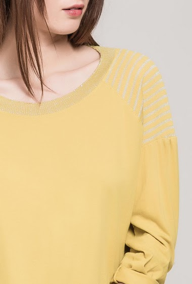 Casual top. The model measures 175cm, one size corresponds to 10/12