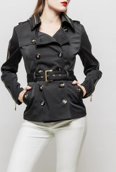 Veste ceinturée avec col et manches ornés d'un zip décoratif