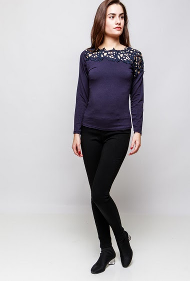 T-shirt with lace yoke, long sleeves. The model measures 172cm and wears S/M