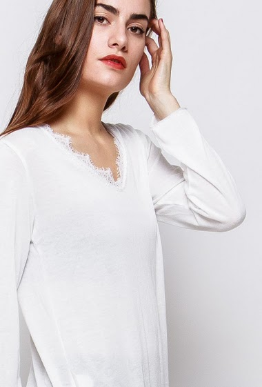 Top with long sleeves, V neck decorated with lace. The model measures 172cm, one size corresponds to 38-40