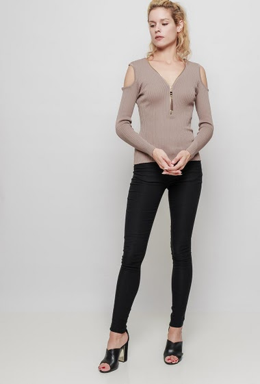 Ribbed knitted sweater, cold shoulder design, long sleeves, close fit. The mannequin measures 177 cm, TU corresponds to 38