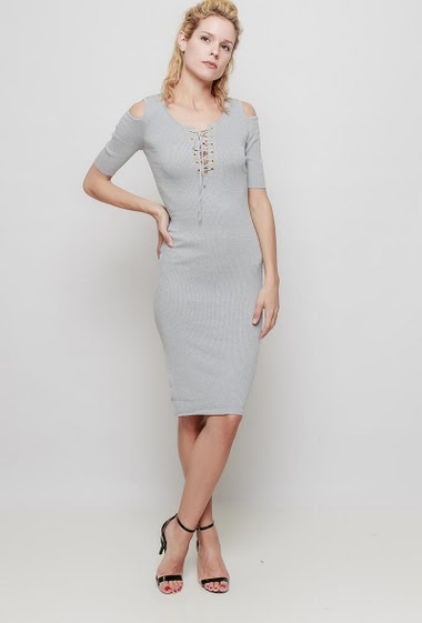 Knitted dress with short sleeves, cold shoulder design, lace-up neck, ribbed knit, close fit. The mannequin measures 177 cm, TU corresponds to 38