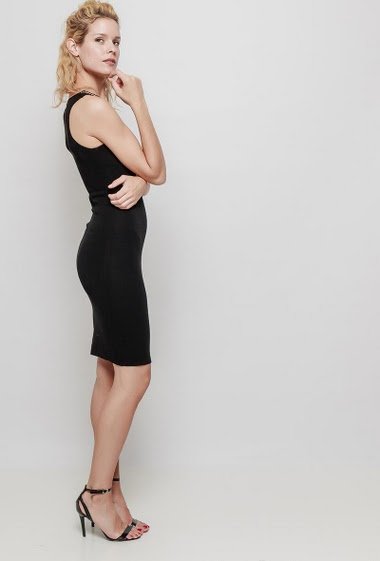 Knitted sleeveless dress, V neck with a chain, close fit. The mannequin measures 177 cm, TU corresponds to 38