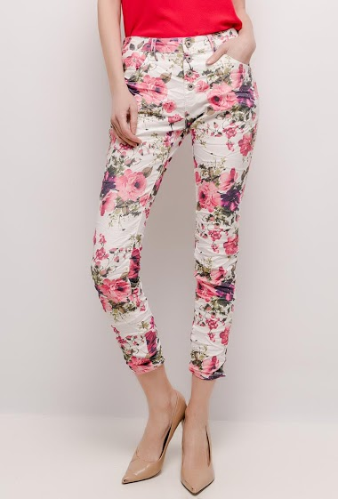 Pants with printed flowers. The model measures 178cm and wears 36