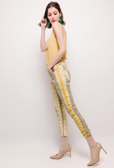 Pantalon imprimé, bandes latérales. La mannequin mesure 178cm et porte du T36