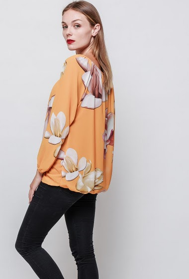 Printed blouse. The model measures 175 cm and wears one size (= 38-42)