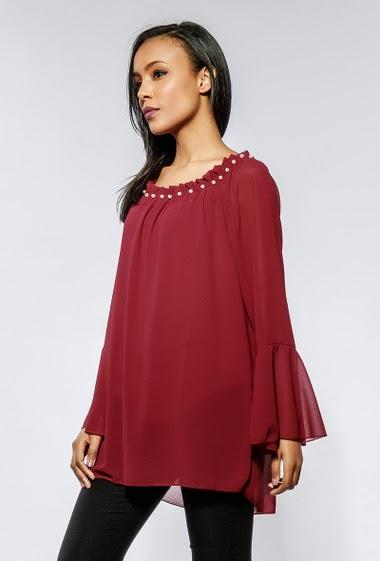 Blouse à épaules dénudées ornée de perles, tissu fluide. La mannequin mesure 170cm, peut habiller de la taille 36 à 46