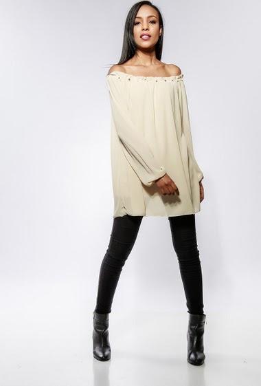 Blouse à épaules dénudées ornée de perles, tissu fluide. La mannequin mesure 170cm, peut habiller de la taille 36 à 42