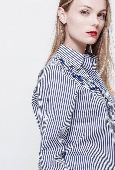 Chemise à rayures ornée d'une broderies, coupe classique, taille 36/38 et 40/42