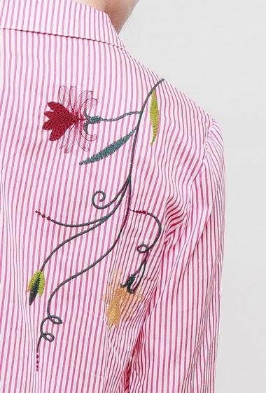 Chemise à rayures, broderies fleurs, manches retroussables, coupe droite, fentes latérales
