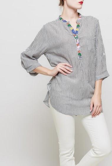 Chemise à rayures, col V avec broderies, manches 3/4 retroussables, poche plaquée,fentes latérales, coupe droite