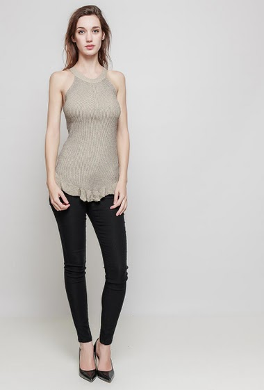 Knitted tank. The model measures 175 cm and wears one size (= 36/40)