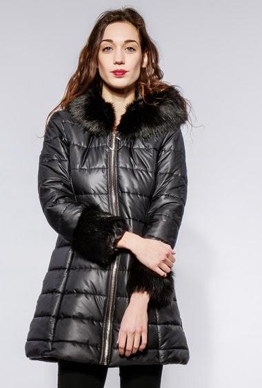 Doudoune à capuche ornée de fourrure, poches zippée. La mannequin mesure 177cm et porte du M