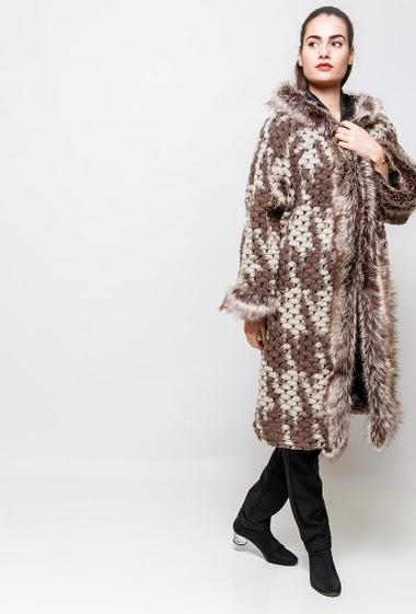 Manteau long, bordure en fourrure, capuche. La mannequin mesure 172cm, TU correspond à 38-40