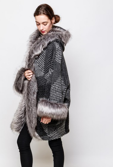 Coat with fur border. The model measures 177cm, one size corresponds to 42-56