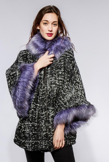 Hooded coat decorated with fur, zip closure. The model measures 177cm, one size corresponds to 42-56