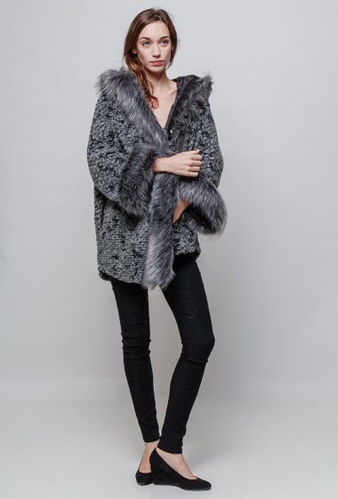 Flared coat, pockets, hook-and-eye closure, hood with fur. The model measures 177cm, one size corresponds to 38-42