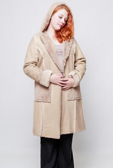 Manteau ouvert, poches. La mannequin mesure 172, TU correspond à 40-44