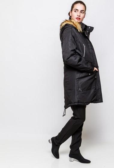 Parka imperméable, capuche amovible avec fourrure. La mannequin mesure 172cm et porte du XL