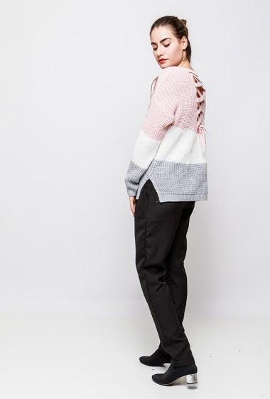 Pull en maille, rayures colorées, dos avec lacet, coupe droite. La mannequin mesure 172cm, TU correspond à 38-40