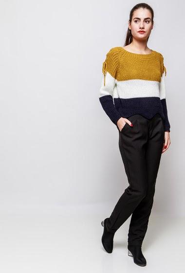 Pull en maille, bandes colorées, épaules avec lacet, coupe courte, bordure festonnée. La mannequin mesure 172cm, TU correspond à 38-40