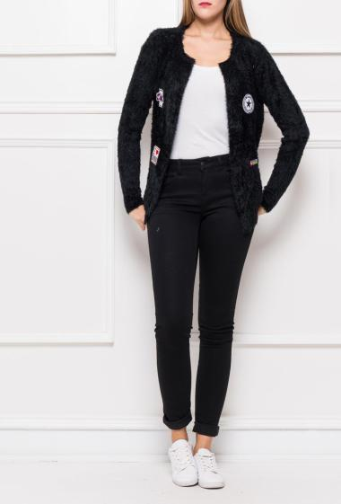 Fluffy open cardigan in soft knit decorated with embroidered badges