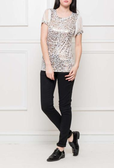 Shiny t-shirt with short sleeves