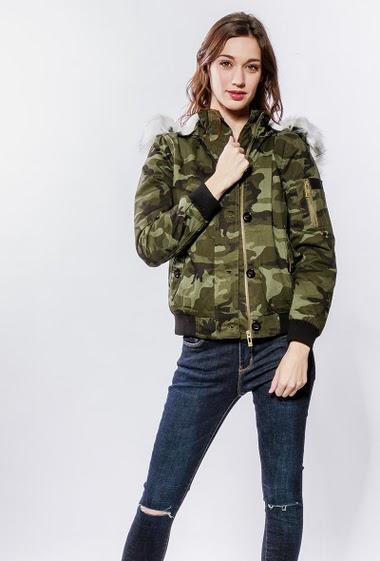 Parka à motif camouflage, capuche amovible ornée de fourrure amovible, intérieur fourré, fermeture zippée. La mannequin mesure 177cm et porte du S/36