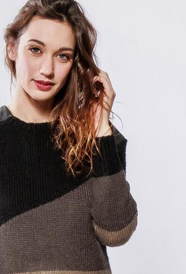 Pull en laine et mohair mélangé, épaules en similicuir, dos avec tissu soyeux, coupe droite. La mannequin mesure 177cm et porte du S/36