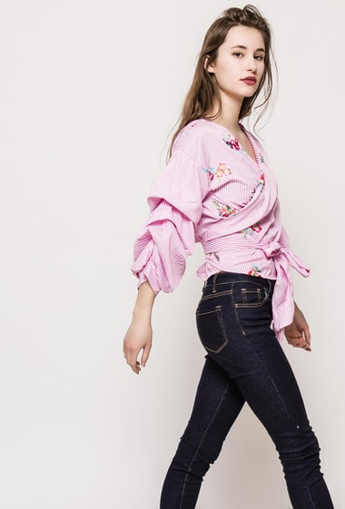 Striped cross blouse, embroidered flowers. The model measures 171cm, one size corresponds to 10/12. Length:54cm