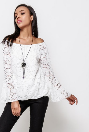 Off shoulder blouse, floral lace, flared sleeves, necklace. The model measures 170cm, one size corresponds to 38-40