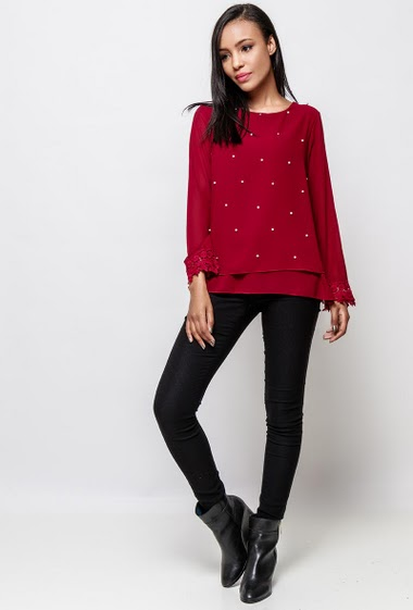 Blouse with long sleeves, border with lace, decorative pearls. The model measures 170cm, one size corresponds to 38-40