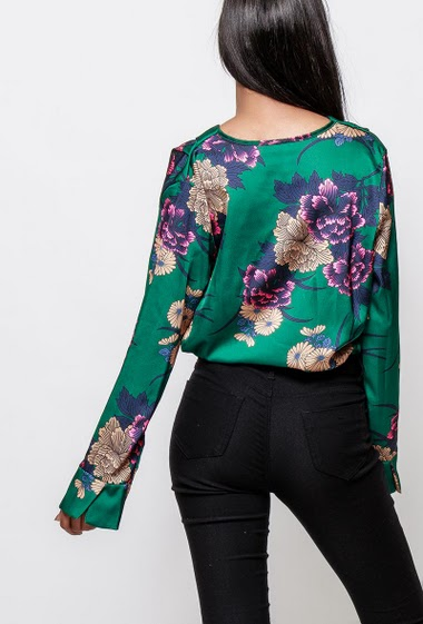 Wrap body in satin, printed flowers. The model measures 170cm, one size corresponds to 38-40