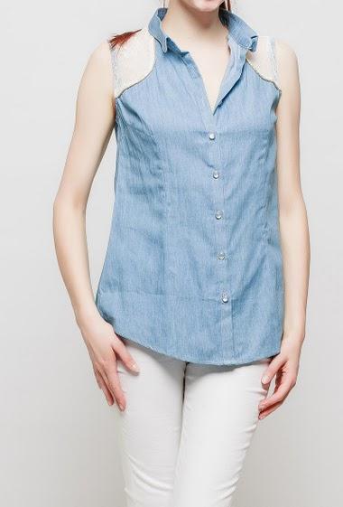 Sleeveless shirt with lace yoke