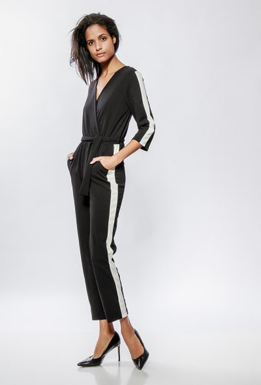 Jumpsuit with cross V neck, contrasting band, elastic waist. The model measures 177cm, one size corresponds to 38-40