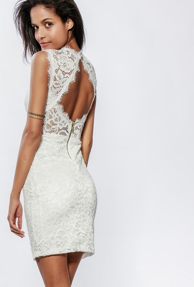 Sleeveless dress in lace, padded chest, open back, close fit. The model measures 177cm, one size corresponds to 38-40