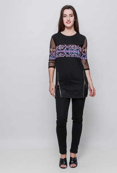 Cotton tunic, print, folk patten, zipped side slit, sleeves with fishnet. The model measures 176cm, one size corresponds to 38-40