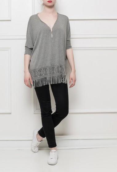 Tunique décontractée avec bordure en dentelle et à franges, manches 3/4, coupe ample, col V orné d'un zip, tissu stretch et agréable à porter