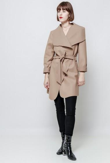 Open jacket, belt. The model measures 172cm, one size corresponds to 38-40