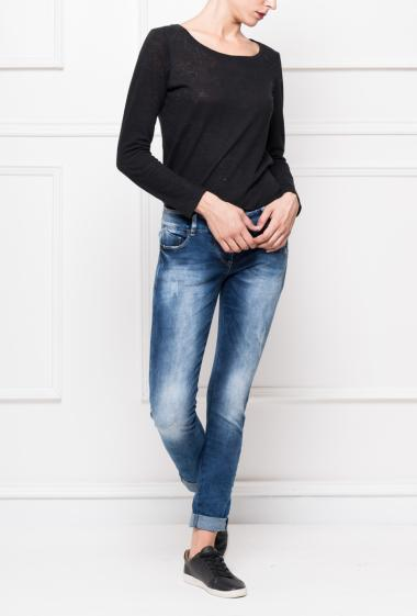 Jeans with medium wash and pockets, buttoned closure