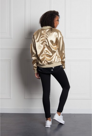 Bomber golden Sixth June Women. Oversized cut. Shiny fabric. Gathered sleeves. Zip on the left arm. 2 lateral pockets.