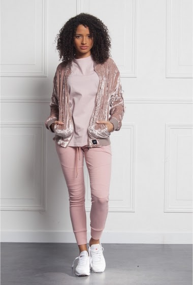 Jacket Sixth June Women stone pink. Velvet fabric. 2 lateral pockets. 1 zip on the left arm. Oversized cut.