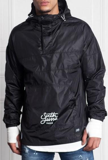 Veste coupe-vent noir avec capuche Sixth June Homme. Logo Sixth June à l'avant.