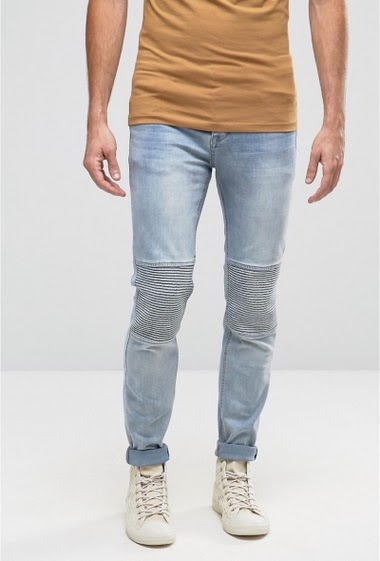 Jean biker Sixth June homme, avec un patch stries au niveau du genou. Denim bleu. Coupe slim.