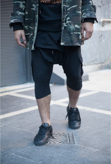 Short noir Sixth June Man. Elastic waist with drawstring. Cargo pockets. Brand's label on the front. Sarouel cut.