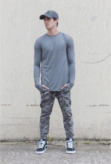 T-shirt manches longues gris Sixth June Homme. Coupe oversize. Trous à pouce. Epaules tombantes.