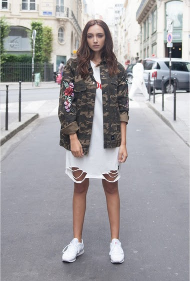 Sixth June denim jacket in camouflage color and roses embroideries on sleeves. 2 sides pockets, 2 chest pockets and buttons fastening. Green camouflage model with green and red embroideries.