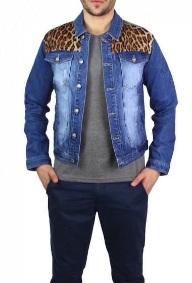 Veste en jean coupe classique, mais les empiècements léopard apportent une touche d'originalité !