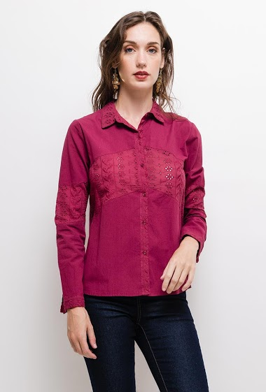 Shirt with embroidered and perforated yoke. The model measures 177cm and wears S. Length:65cm