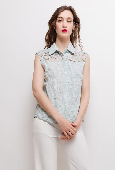 Cotton shirt, lace yoke. The model measures 177cm and wears S. Length:60cm
